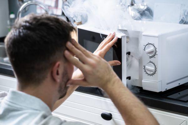 Mitarbeiter prüft Elektrosicherheit an einem Gerät