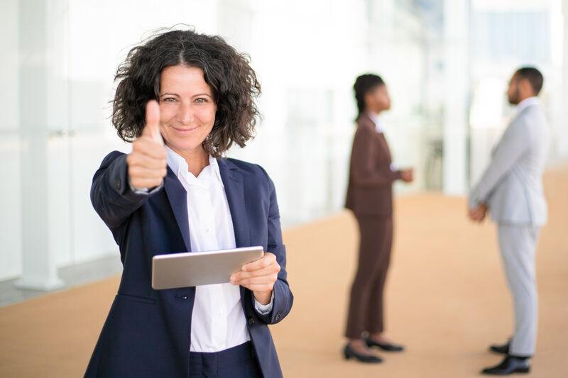 Mitarbeiterin prüft Einhaltung vom Gleichbehandlungsgesetz