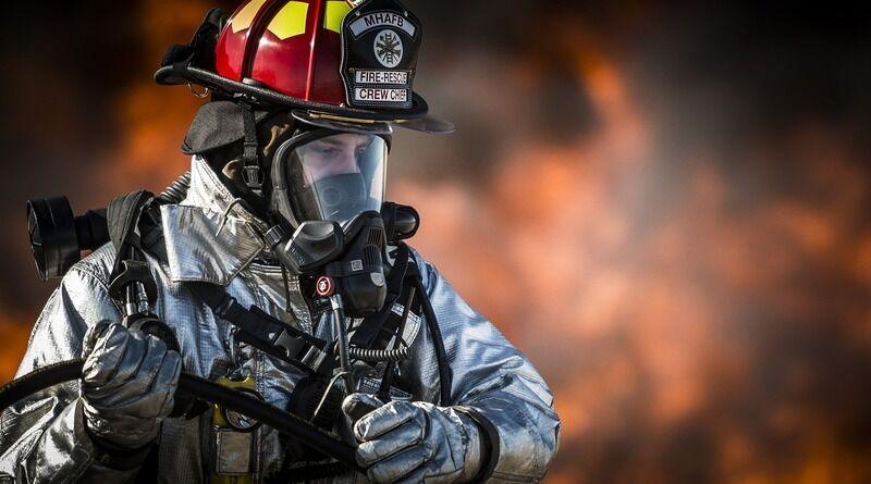 Feuerwehrmann bei Übung zum Brandschutz
