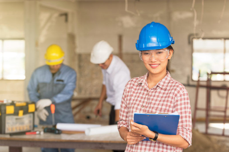 Junge Frau als Fachkraft für Arbeitssicherheit