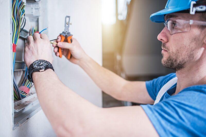 Fachkraft für Elektrosicherheit arbeitet am Stromkasten