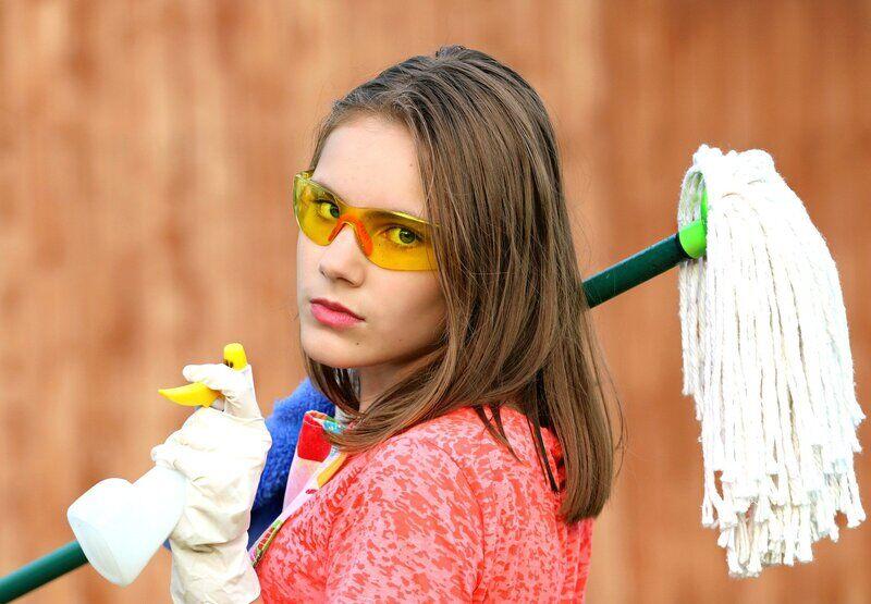 Hygienemaßnahmen: Junge Frau mit Wischmop