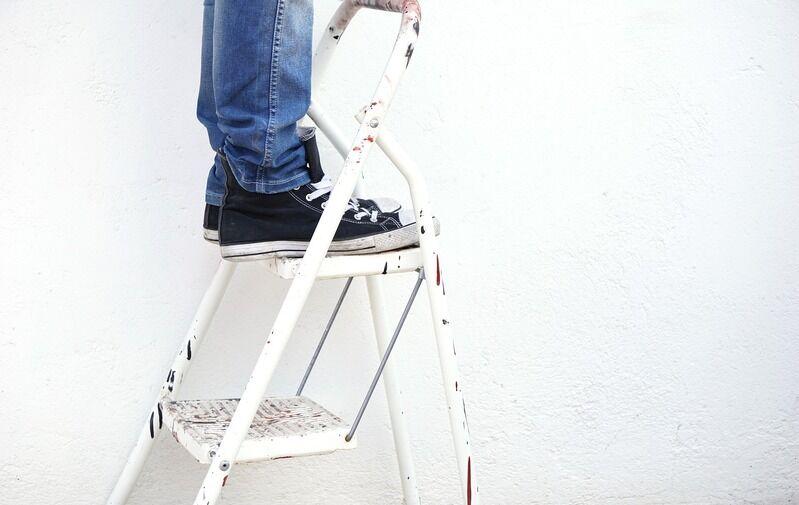 Mann lernt Umgang mit Leitern