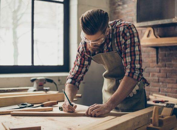 Handwerker trägt Schutzbrille zur Arbeitssicherheit