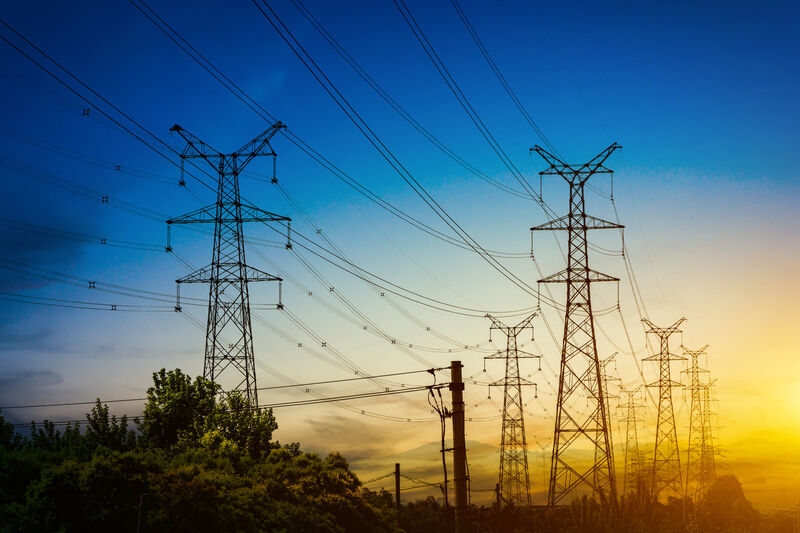 Strommasten im Sonnenuntergang - Energiemanagement