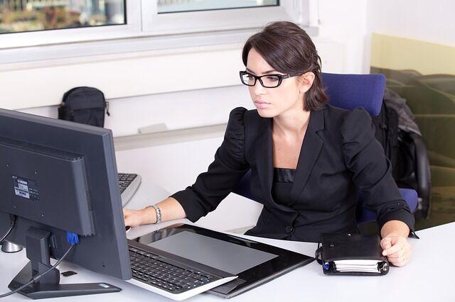 Frau am Bildschirmarbeitsplatz