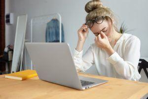 Mitarbeiterin zeigt psychische Belastungen am Arbeitsplatz