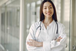 Eine Betriebsärztin hilft bei Präventionsmaßnahmen