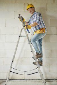Bauarbeiter auf hoher Leiter