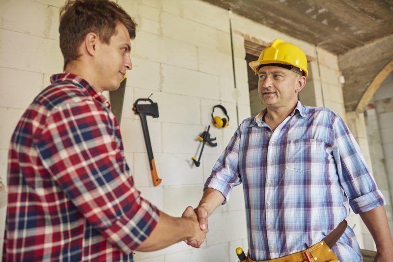 Chef begrüßt Mitarbeiter zum betrieblichen Eingliederungsmanagement