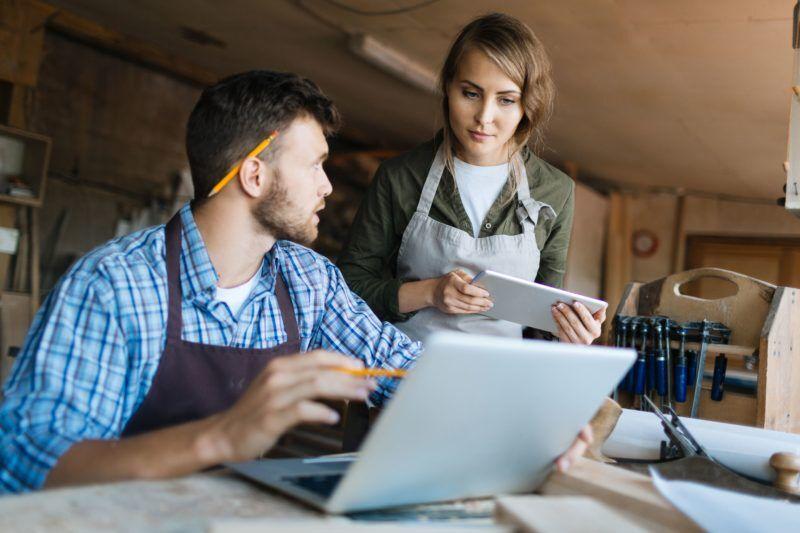 Zwei Personen unterhalten sich über Datenschutz am Arbeitsplatz
